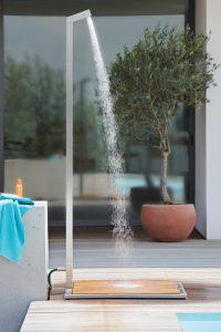 Gartendusche Garpa mit Duschbodenplatte.