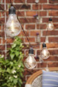Hygge Garten mit Lichterkette.