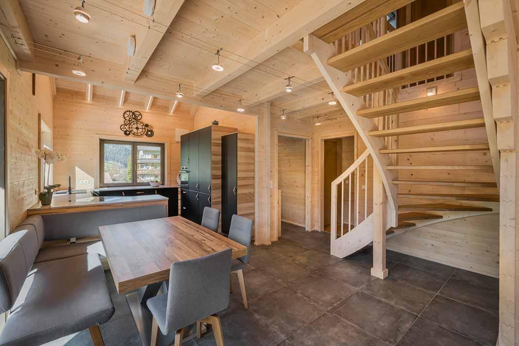 Ess- und Kochbereich mit Holztreppe