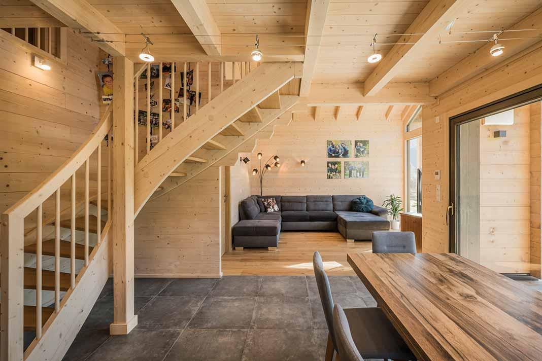 Wohnraum und Vollholztreppe
