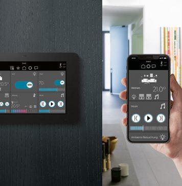 Jung Smart Panel 8 zur Smart Home Bedienung. Panel senkrecht an der Wand plus Smartphone mit Jung App