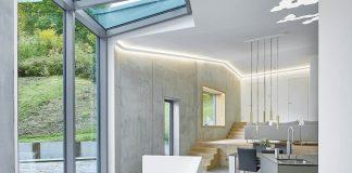 Moderne Villa mit Sichtbeton und Akzenten aus Holzdielen aus Eiche