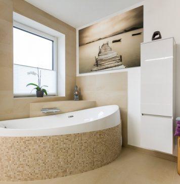 Modernes Badezimmer mit Badewanne.