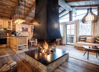 Wohnzimmer mit Kamin im amerikanischen Landhausstil