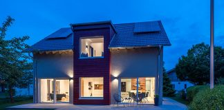 Fassade und Beleuchtung des Musterhauses am Abend
