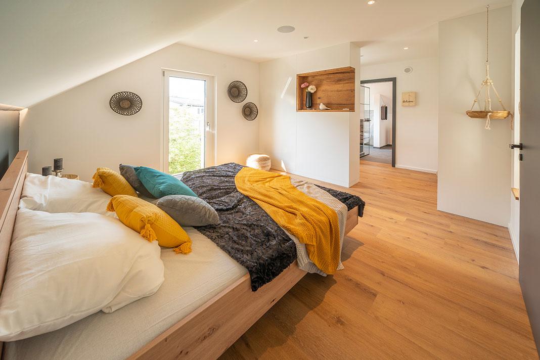 Elternschlafzimmer mit Ankleide und Durchgang zum Badezimmer