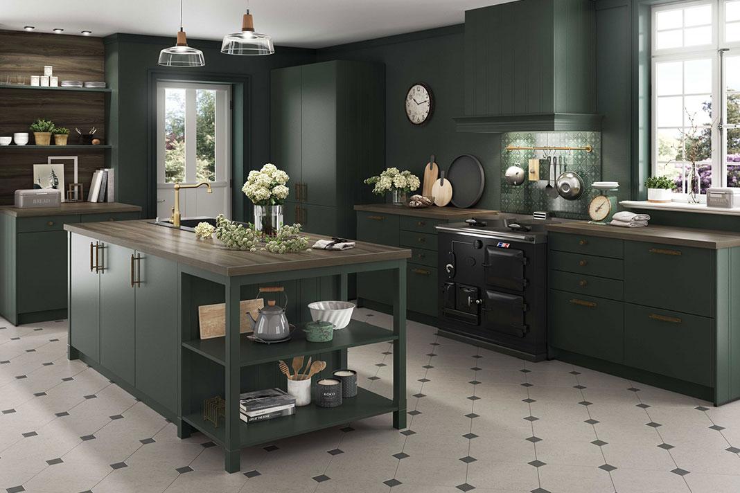 Wohnküche mit Cottage-Look in Dunkelgrün