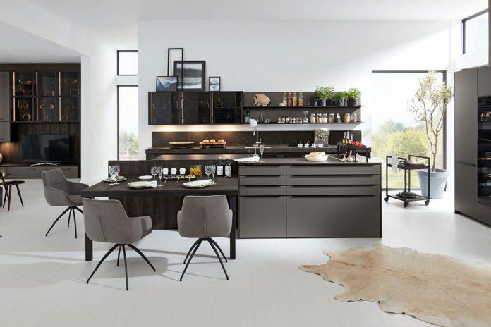 Wohnküche mit grauer Kochinsel
