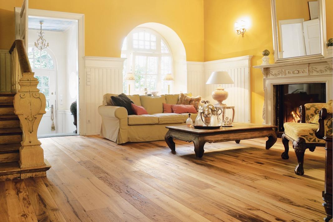 Amerikanischer Landhausstil Wohnzimmer mit Holzfußboden.