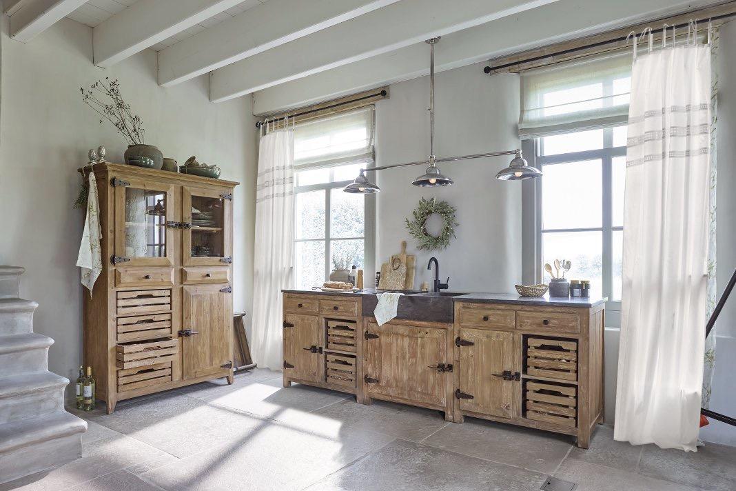 Moderner Wohn- und Kochbereich mit hellen Holzmöbeln im amerikanischen Landhausstil.