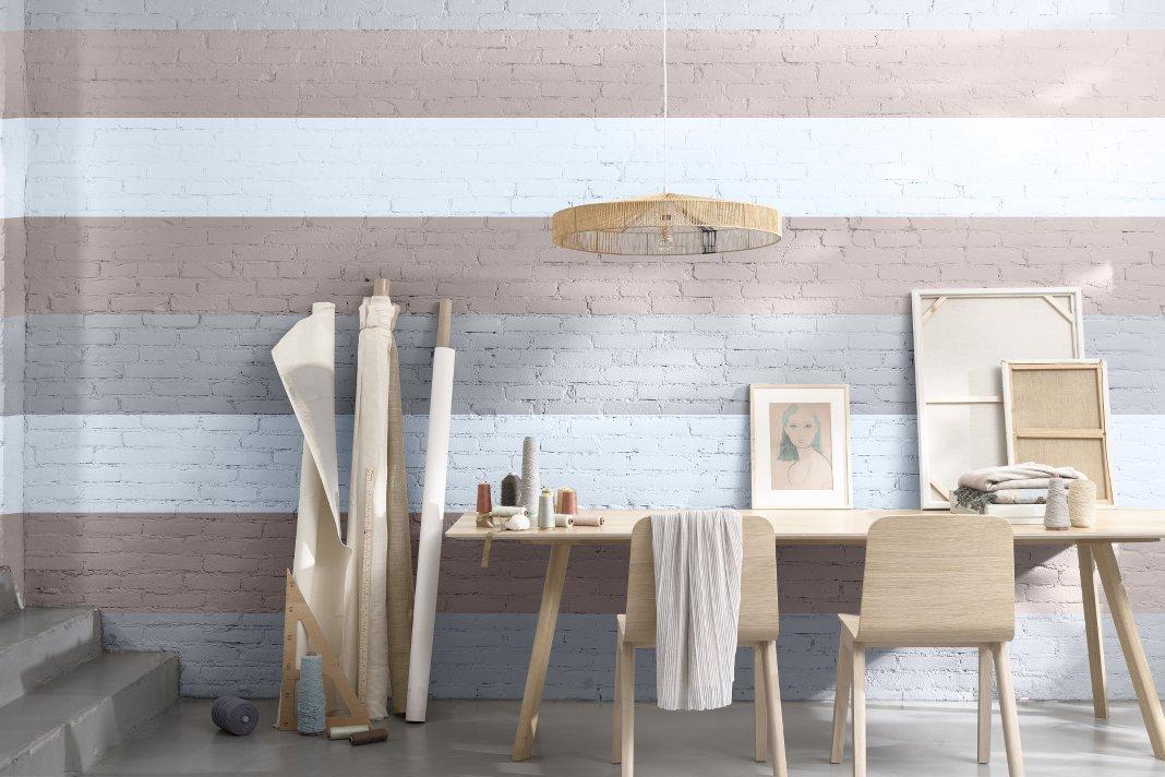 Home Office mit gestreifter Wand in Rosa und Blau.