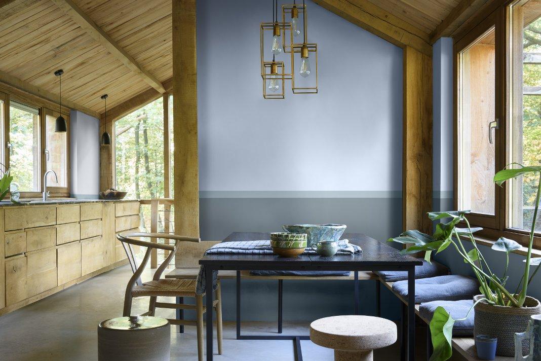 Küche mit Holzelementen und blauer Wand.